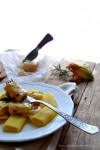 paccheri rigati allo zafferano con crema di parmigiano e fiori di zucca