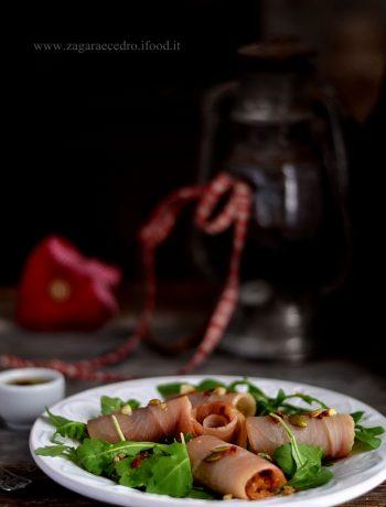 Involtini di pesce spada affumicato con finocchietto su rucola e mix ventura