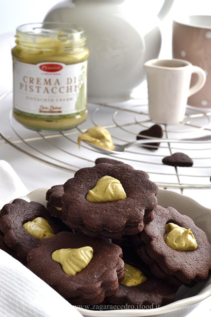 Biscotti al cacao con crema di pistacchi