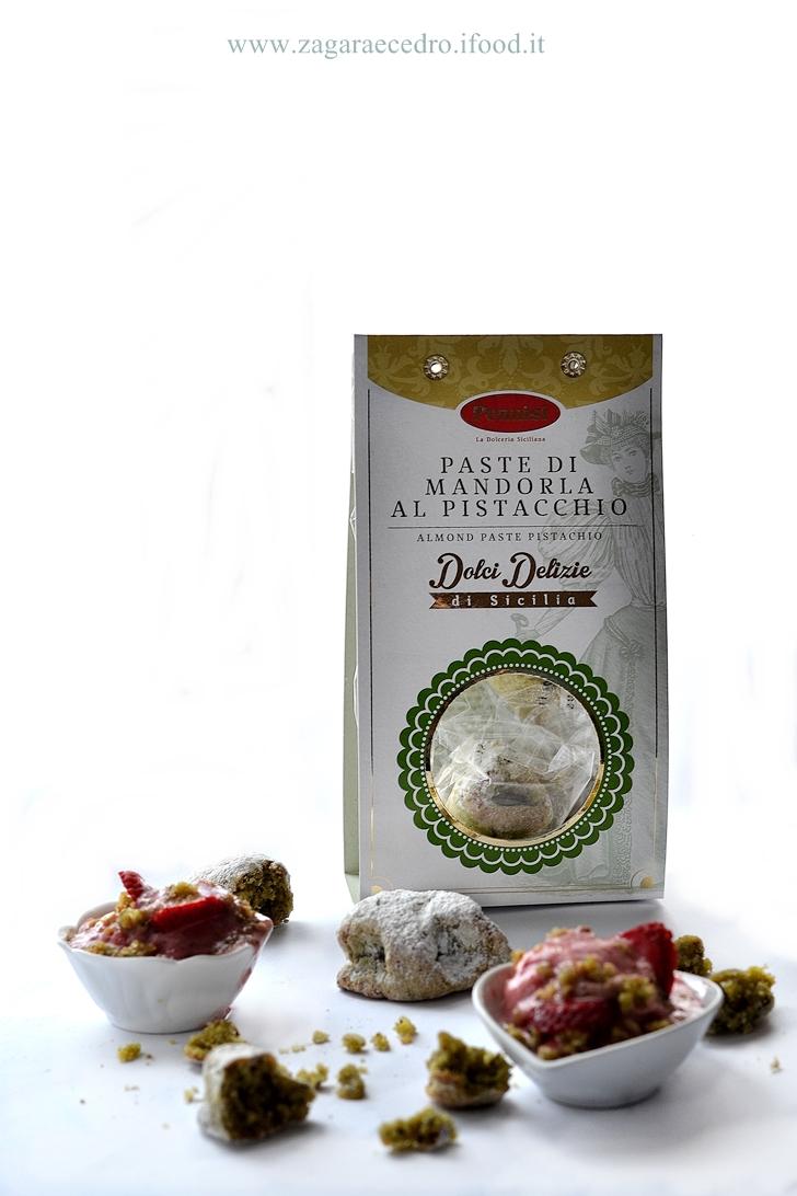 Sorbetto di fragola con crumble di pasta di mandorla al pistacchio