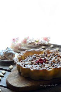 crostata con marmellata di fragole e pasta di mandorle