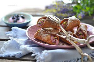 cannoli mignon con crema di mirtiili