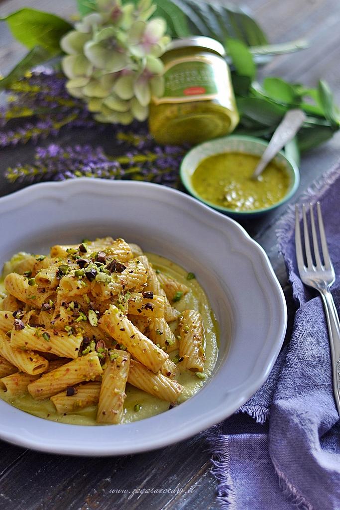 maccheroni su zucchine con pistacchio
